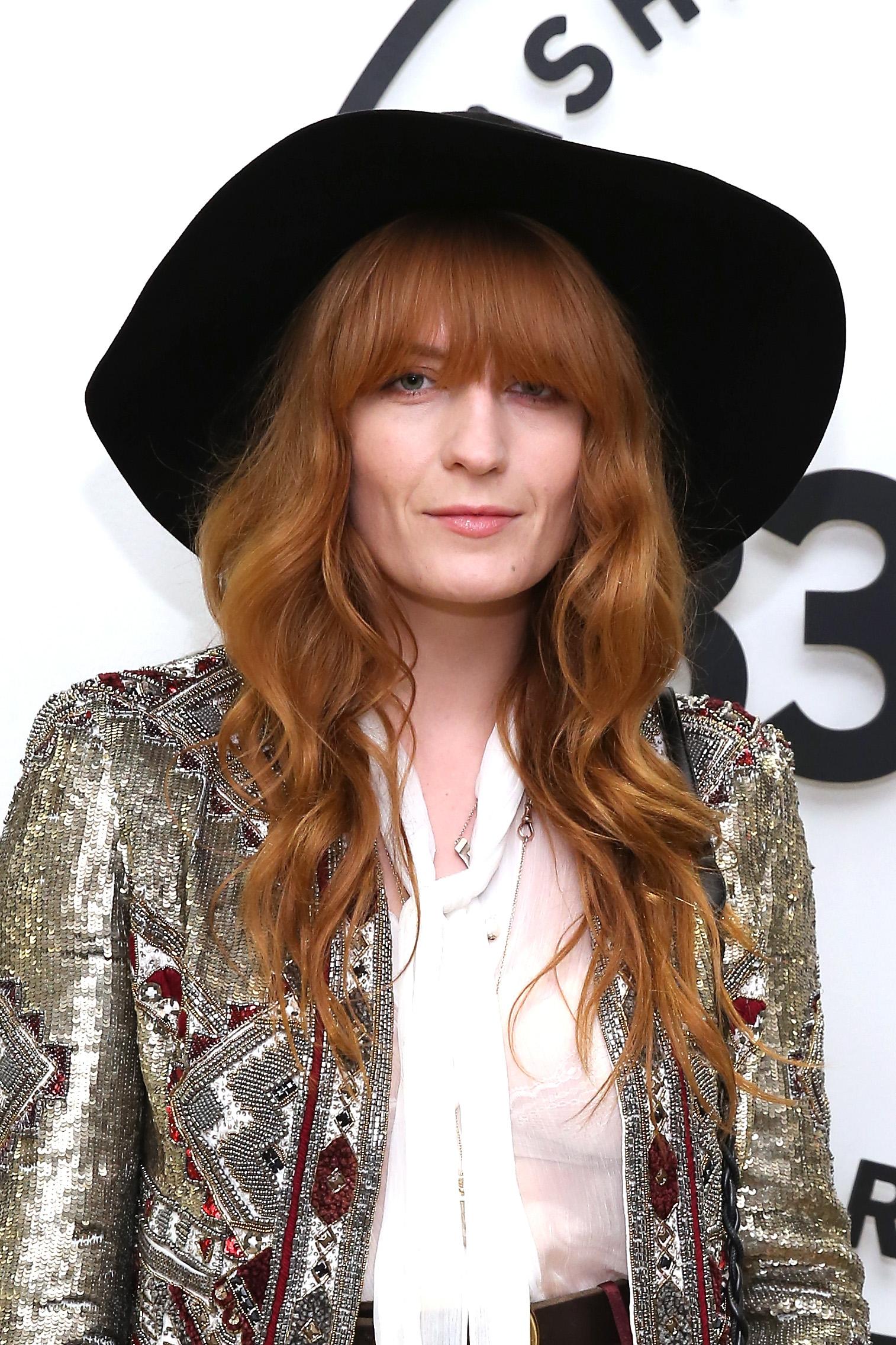 Florence Welch'dan uzun dalgalı bakır saç stili